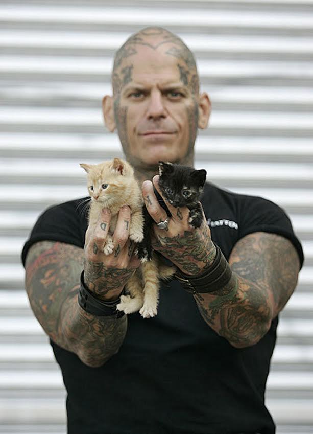 байкер и спасенный котенок